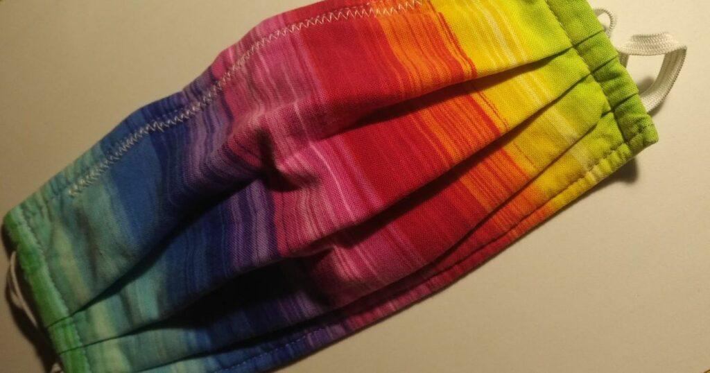 Das Bild zeigt eine Behelfsmaske in Regebogenfarben.